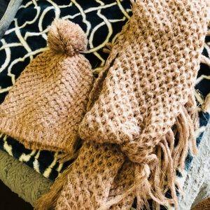 Beanie & infinity scarf (Jessica Simpson)